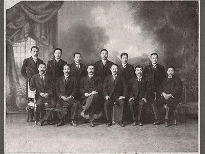 1909(明治42)年1月、新渡戸稲造博士の当社編集顧問就任を記念して。前列左から3人目新渡戸、右隣が当社創業者の増田義一